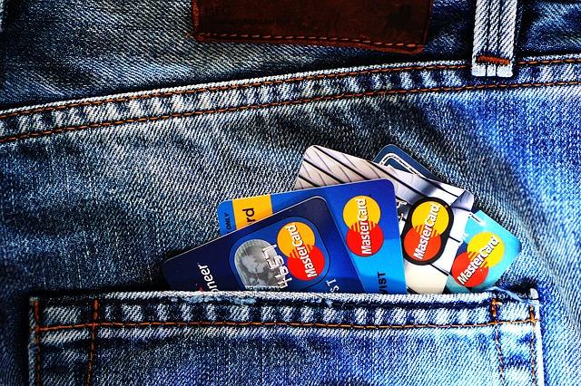 kreditní karty v riflích