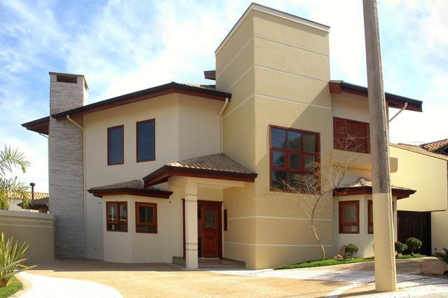 moderní dům světlý s tmavými okny
