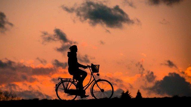 Dívka na kole.jpg