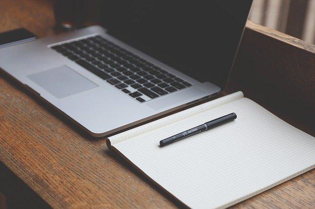 notebook na stole