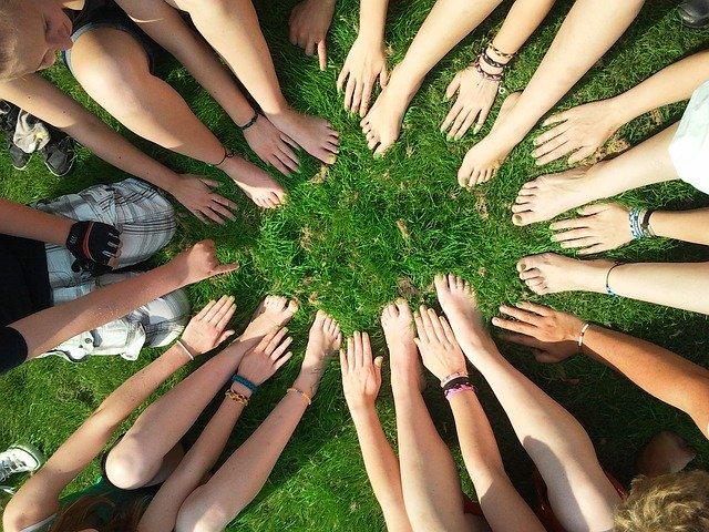 lidé spojující své ruce